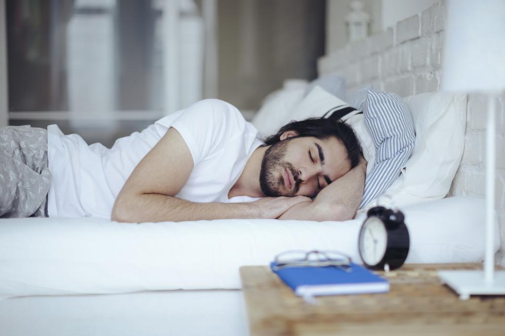 Бородатый мужчина спит.