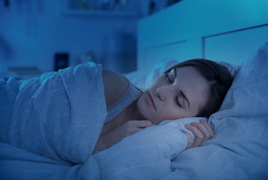 Женщина мирно спит ночью.