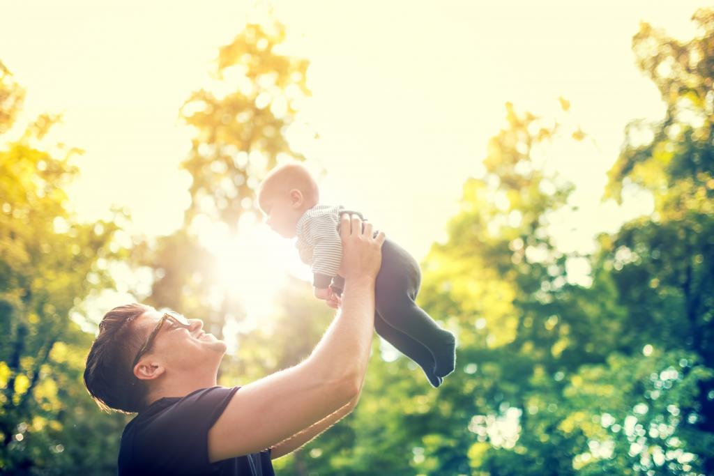 Отец играет с ребенком.