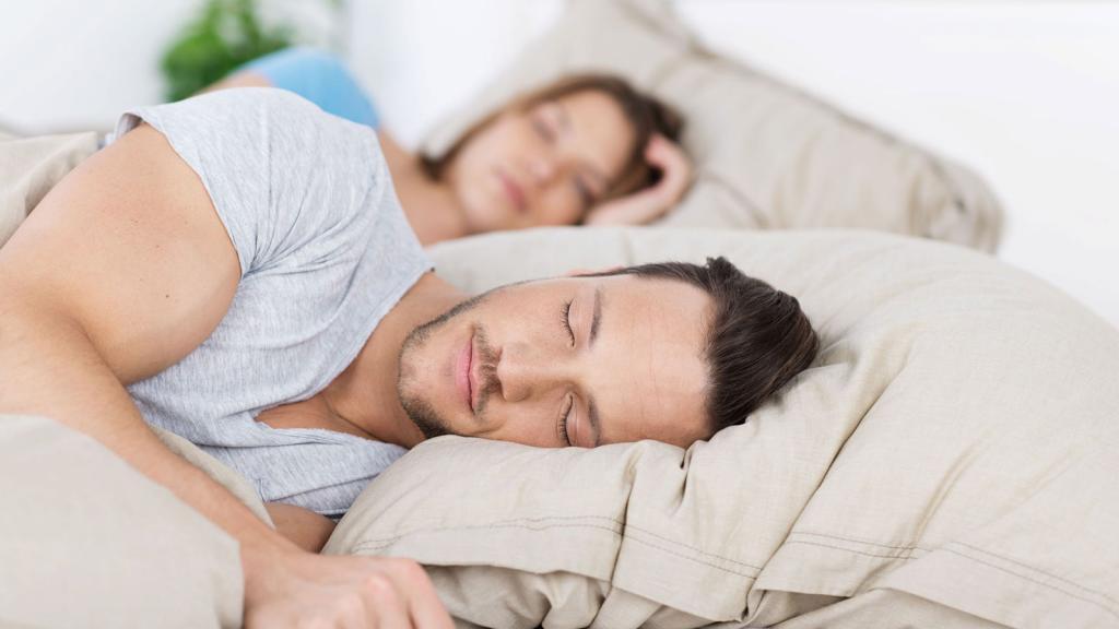 Молодая пара мирно спит.