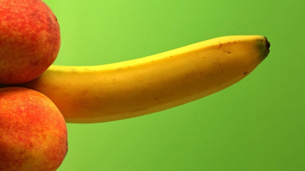 Два персика и банан