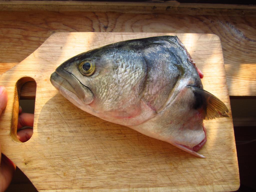 Голова рыбы на разделочной доске