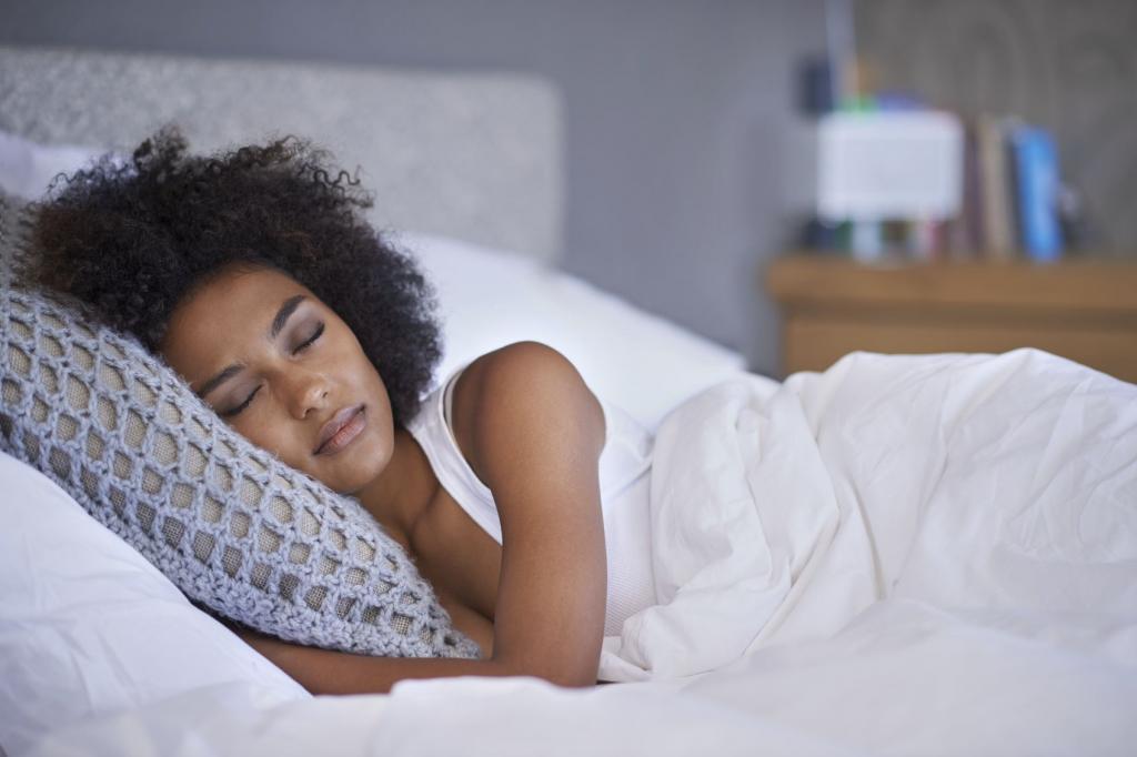 Темнокожая девушка мирно спит.