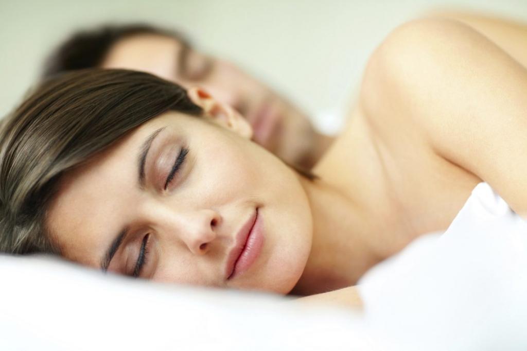 Молодая пара в постели.