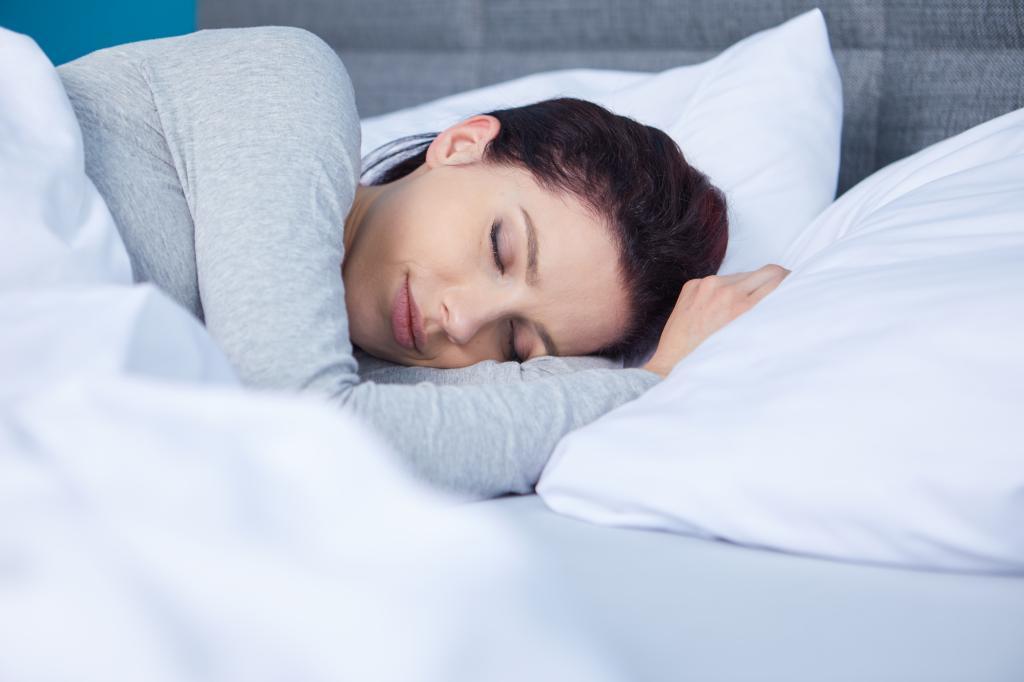 Красивая девушка мирно спит.