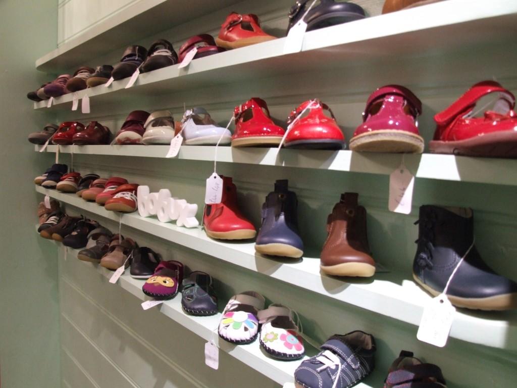 детская обувь на полке в магазине