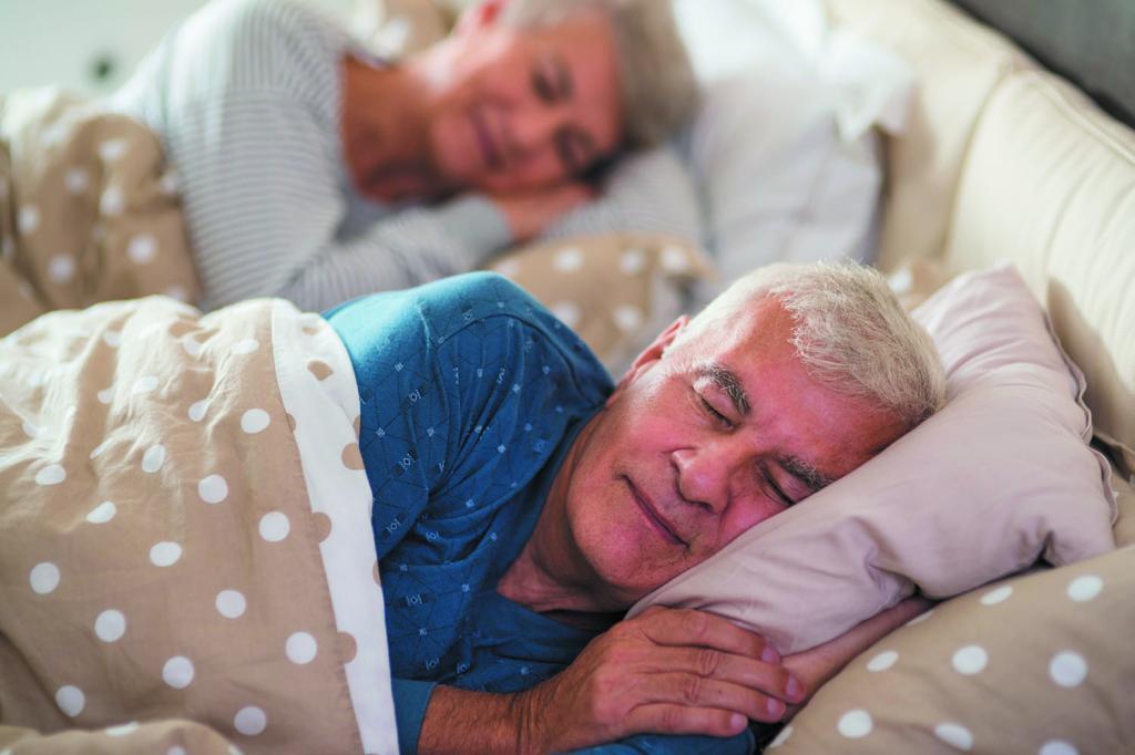 Дедушка с бабушкой спят.